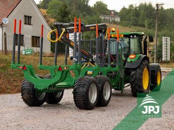 Vyvážačka Farma, nosnosť 12 ton, dosah hydraulickej ruky 7 m, traktor John Deere